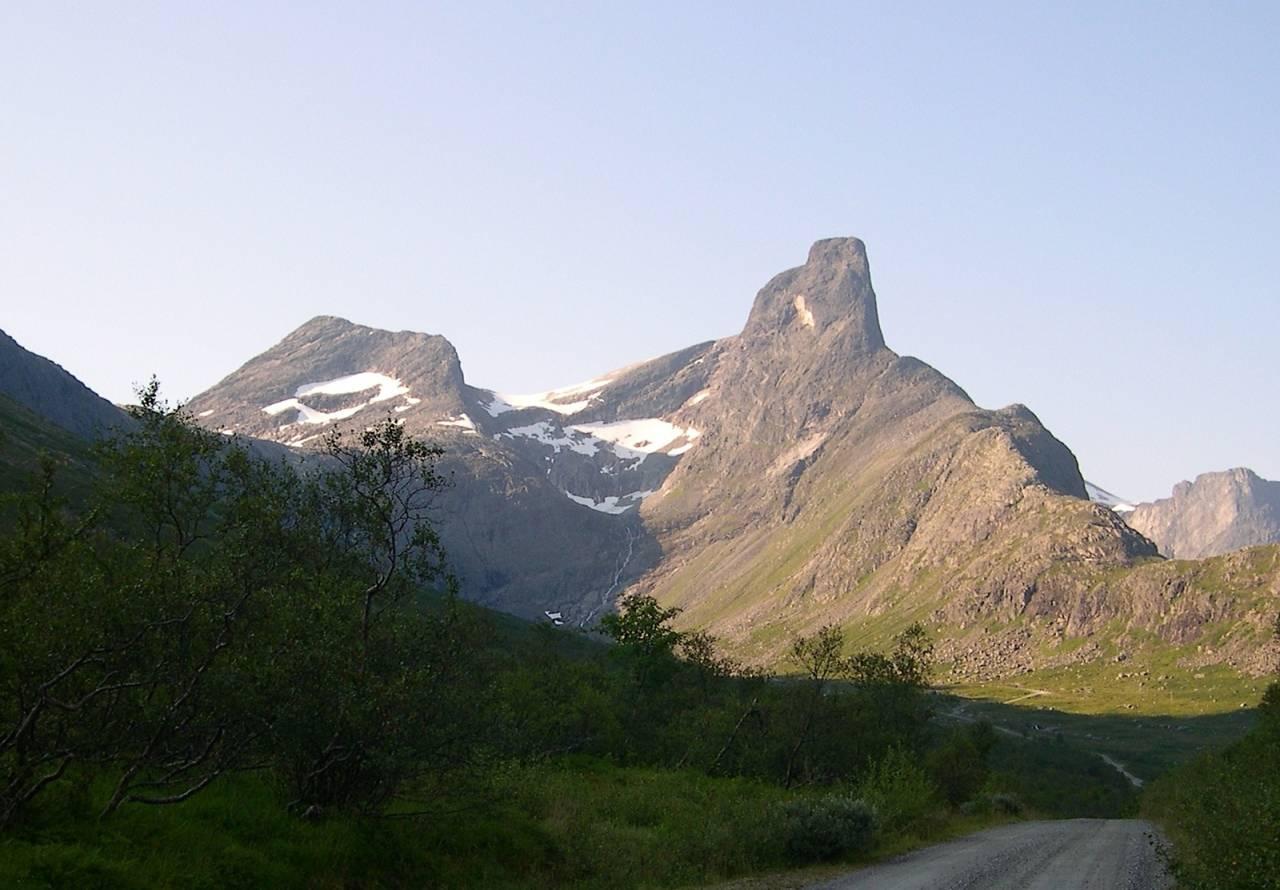 ROMSDALSHORN: Kvinnen skal ha falt over femti meter på det populære fjellet i Møre og Romsdal. Normalruta går nær horisonten til venstre, og Nordveggruta går i veggen lenger til høyre. Arkivfoto: Dag Hagen