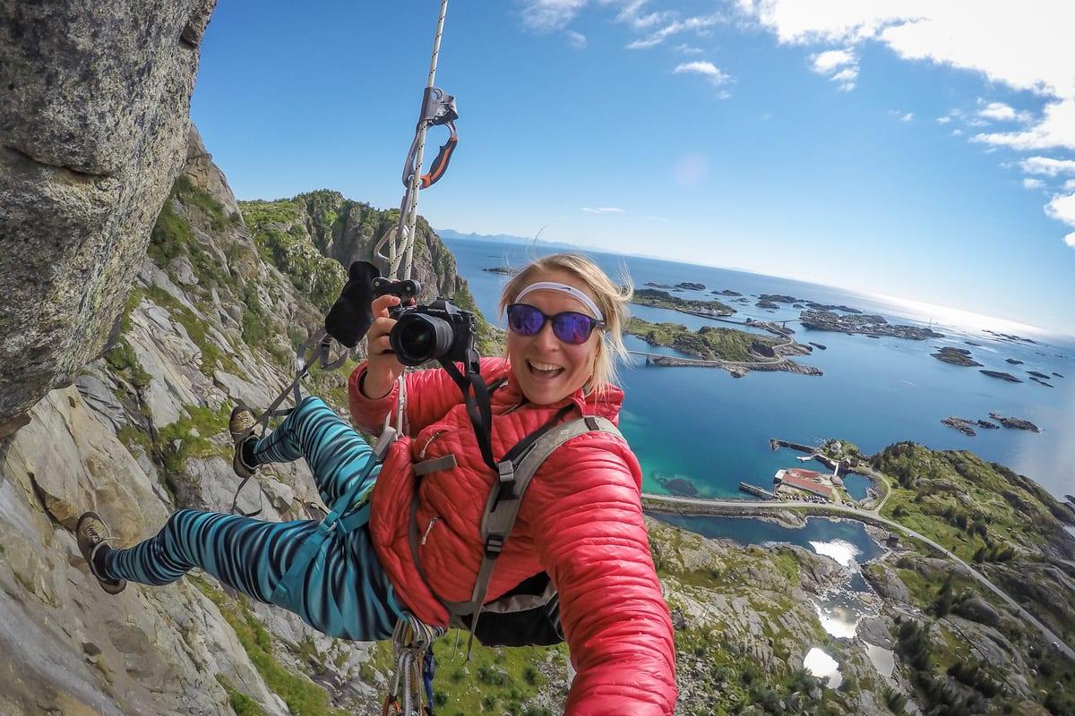 PROGRAMLEDEREN: Kristin Folsland Olsen er ikke redd for å henge litt ekstra i selen for å få tatt bildet hun er ute etter. Foto: Kristin Olsen