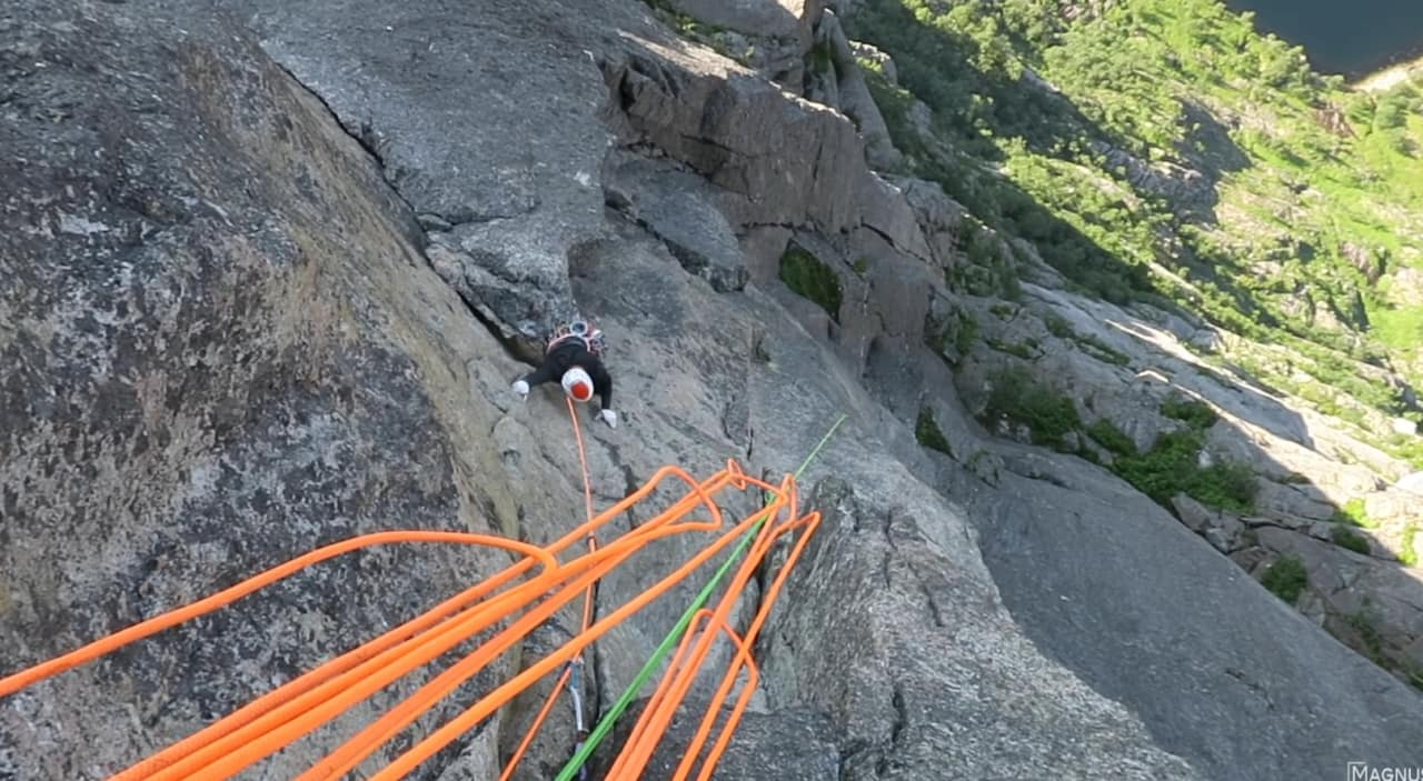 BRATT: Midtbø går som andremann på vei opp Skjoldet. Bilde: Screengrab fra vlogg