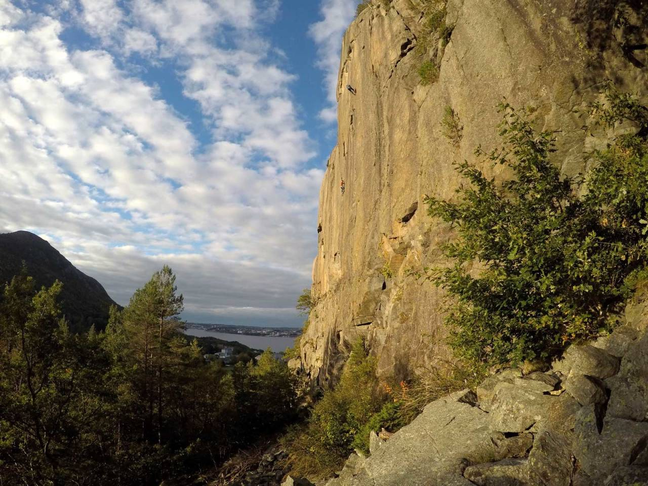 Integralen: Jon Egil Auestad klatrer Imperiet (7+) på Dale, med Leiv Aspelund hengende på det klassiske Valhalla-risset mens han tar bilder. Foto: Auestad (selfie med gopro)