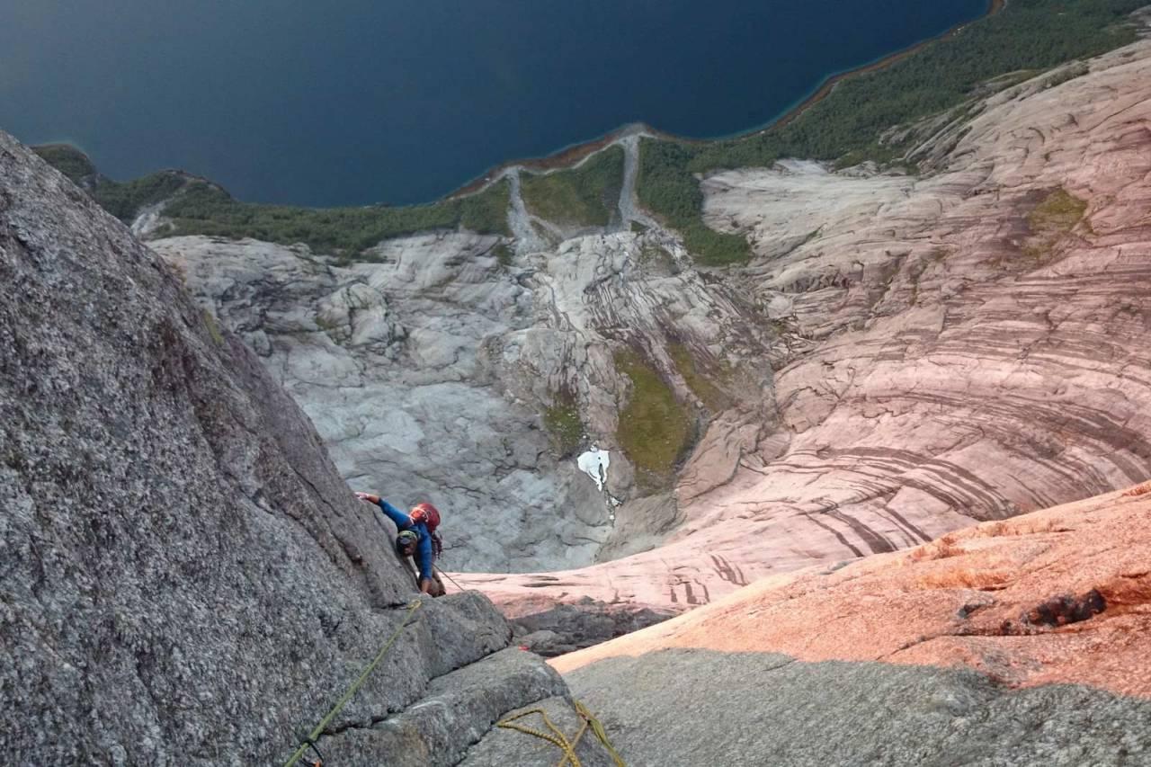 Et hav av granitt: Steinar Grynning følger på det nydelige diederet i 3. taulengde i toppveggen av Stetind. Foto: Jo Arve Repp