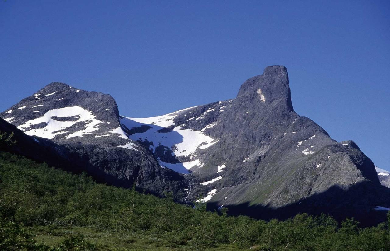 Mektig: Romsdalshorn i all sin prakt, med Nordveggens profil til høyre. Foto: Iver Gjelstenli