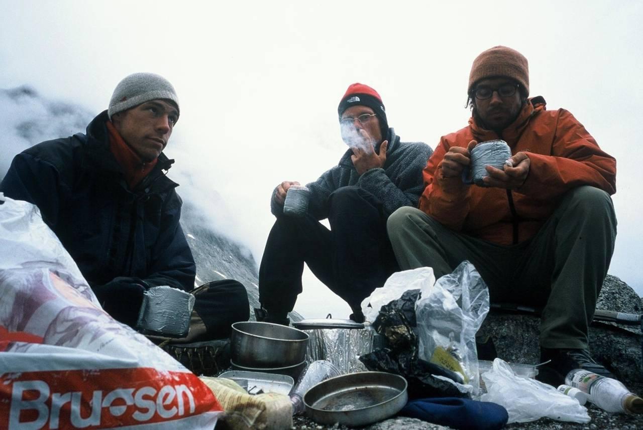 EKSPEDISJON: Bjørn Krane, Mårten Blixt og Erik Massih på Grønland. Turen bar preg av lite mat, lite tobakk men mye klatring og fiske. Foto: Selvutløsern