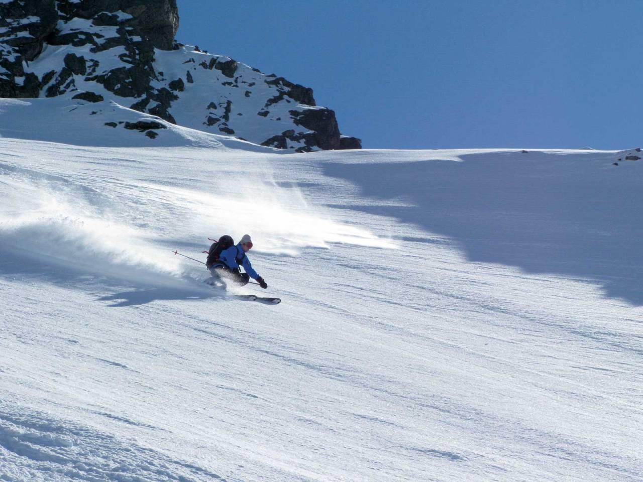 På ski: Bra forhold ned fra Lille Vengetind. Foto: Arne Litlere