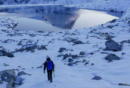 Retur: Returen var vakker. Men gjorde veldig vondt. I bakgrunnen ser man Dordinakken som også har stort potensiale for vinterjoiking. Foto: Kjetil Grimsæth.
