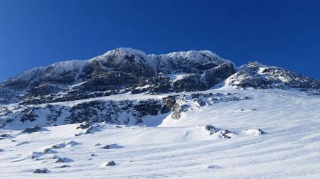 Tirsdagens forsøk startet i bunnen av den store renna til høyre i bildet og opp mot rampen og snøfeltet som splitter veggen cirka vannrett. Foto: Nelson Neirinck