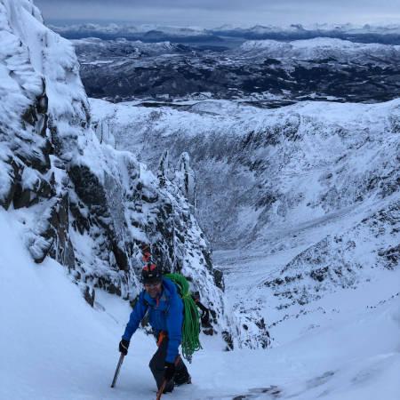 Anders Stormo på vei opp en av de mange rennene på østsiden av Middagstinden. Foto: Christian Dramsdahl