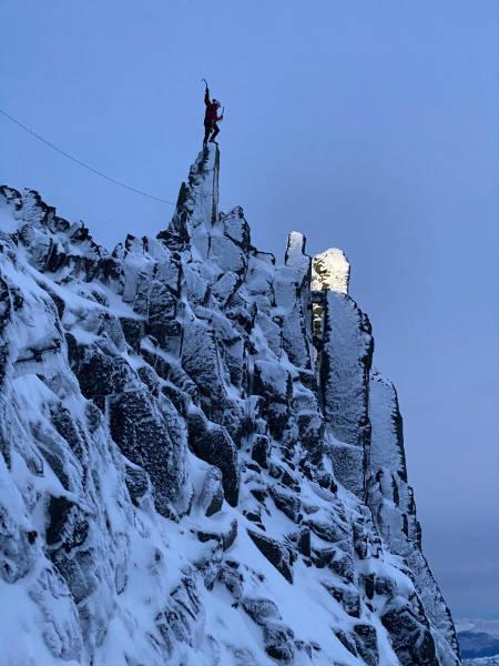 Christian Dramsdahl på toppen av Kjerringa og Kaillen, Middagstind. Foto: Anders Stormo