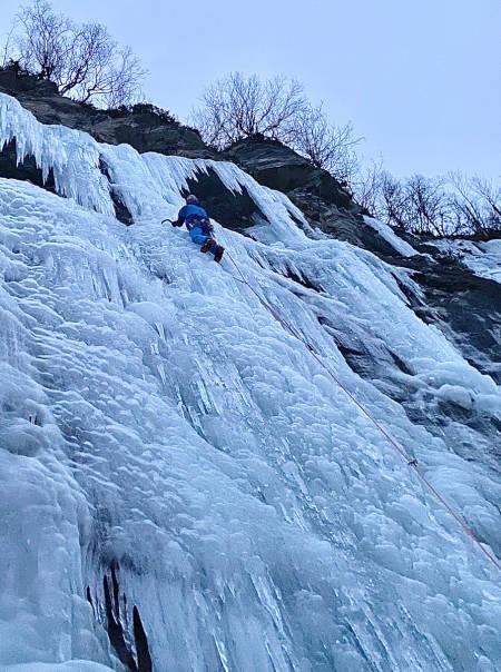 Eivind Jacobsen klatrer Floget ved Øvervatnet. Foto: Sondre Jacobsen