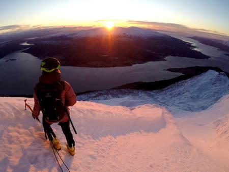 Lena Nilssen nyter at solen er tilbake på Sætertinden sydside. Foto: Christian Dramsdahl