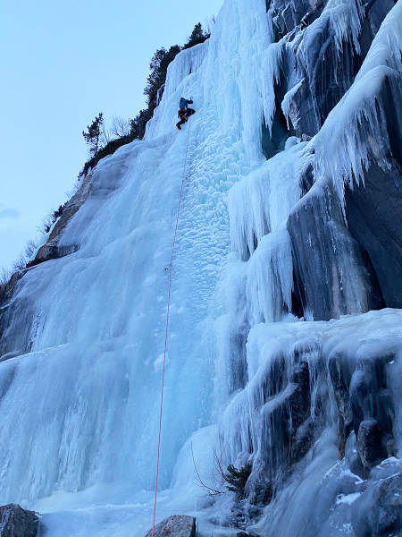 Sondre Jacobsen klatrer Floget ved Øvervatnet. Foto: Eivind Jacobsen