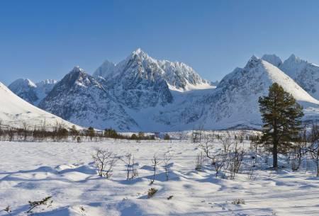 Lenangstindene. Foto: Simo Räsänen/Wikipedia