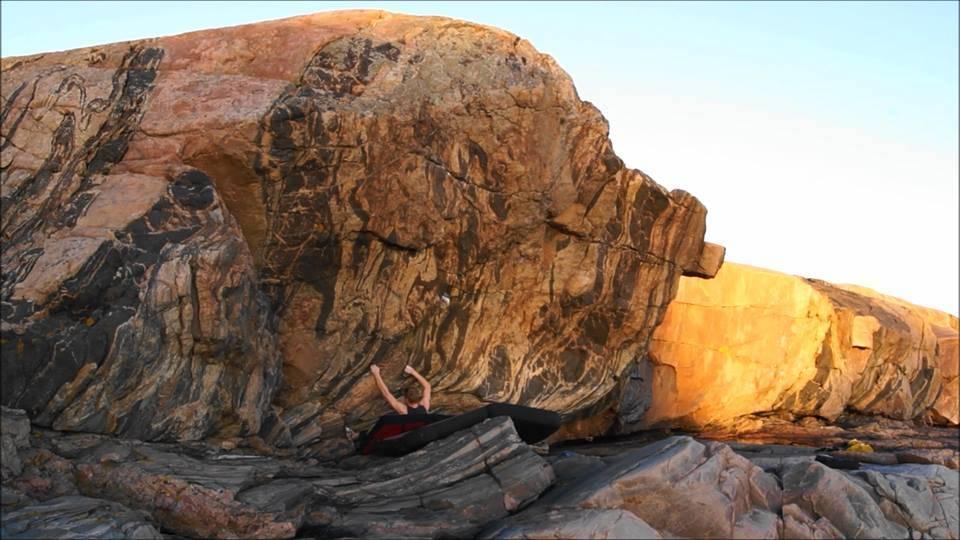 buldring klatrer på stein med krasjpad