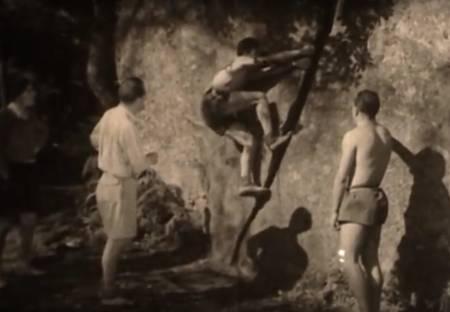 Buldrere klatrer på stein i Fontainebleau