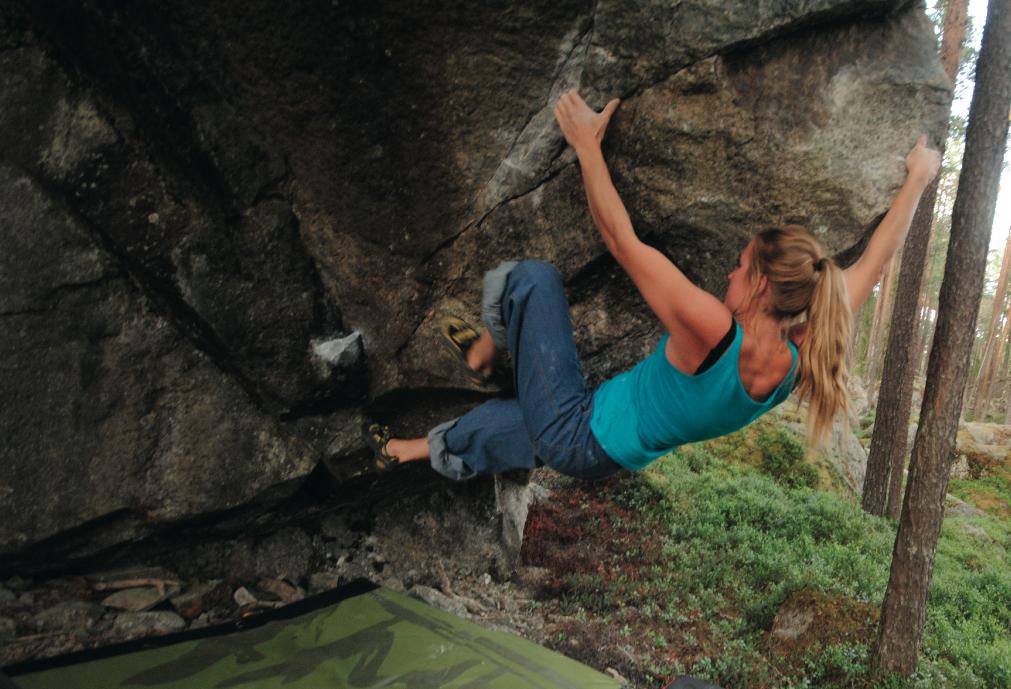 Eirin Breie klatrer på stein