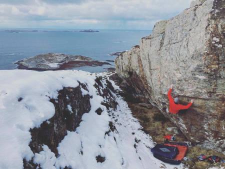FINT OM HØSTEN: Pablo Christian går «Cap» (6A) på Troningfjellet. Foto: Kjetil Grimsæth