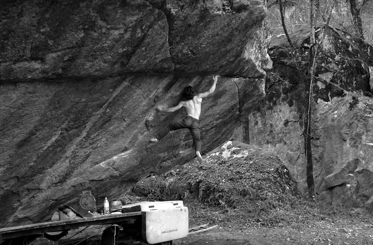 Shawn Raboutou førstebestiger sit/lav start på Off the wagon (8C+). Foto: Skjermdump fra Shawn Raboutous film