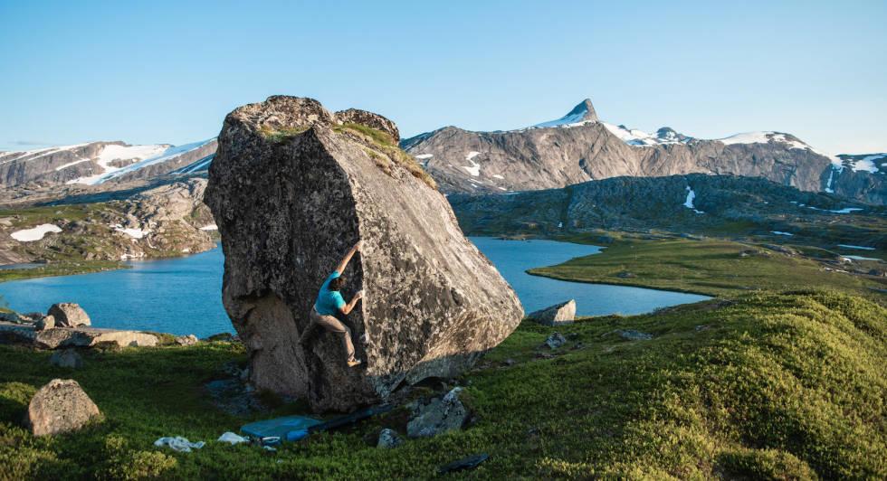 BULDRING UTE I NORD: Man kan buldre mange steder i Norge, og Gjerdalen i Nordland er en pittoresk plass der man kan buldre utendørs. Foto: Rasmus Bølling