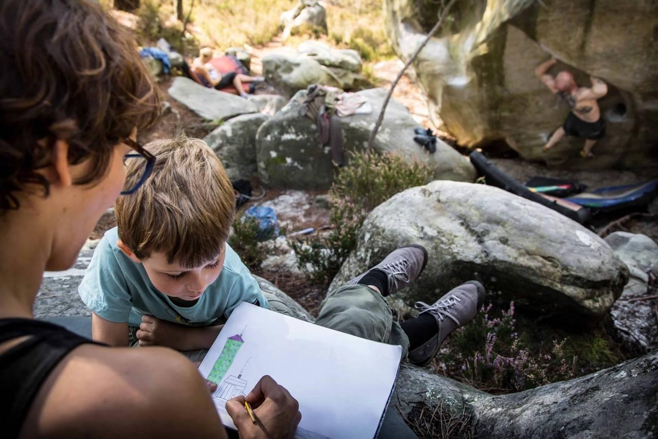 IDYLL: Solveig Angell-Petersen tegner med Jens (4 år), mens pappa Andreas Espetvedt Nordstrand støter på Baloo (7B), Manoury. Cajsa Björkén ammer sin Flora (5 uker) i bakgrunnen. Foto: Børge Noddeland