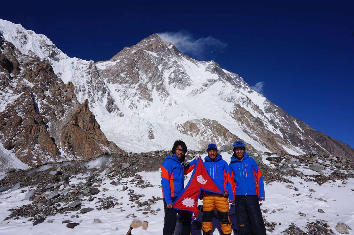 10 NEPALESERE STO SAMMEN PÅ TOPPEN: 16. januar fikk K2 sin første vinterbestigning. Les historien om triumfen og tragedien i tre akter. Fra venstre: Mingma G, Dawa Tenjin og Kilu Pemba. Alle tre nådde toppen. Foto: Sherpa Winter K2 Expedition