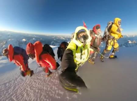 10 NEPALESERE STO SAMMEN PÅ TOPPEN: 16.januar fikk K2 sin første vinterbestigning. Les historien om triumfen og tragedien i tre akter. Foto: Skjermdump.