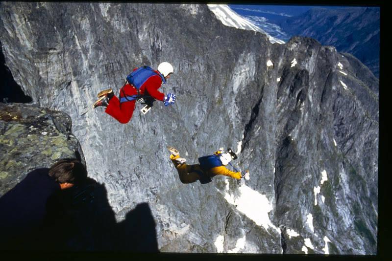 Carl og Jean Boenish under hopp fra Trollspiret i Trollveggen dagen før Carl omkom. Foto: Arnstein Myskja