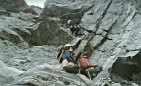 Fra syv minus-lengden i Gråveggen. Kan det være riktig at han sikres med kroppssikring? Foto: Skjermdump fra filmen.