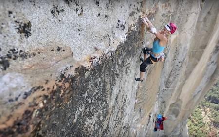 Emily Harrington friklatrer cruxet på Golden Gate (5.13) på El Capitan i Yosemite. Foto: Skjermdump fra Youtube.com