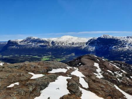 Flott utsikt mot Storehorn, Hydnefossen og Totten fra Skurvefjell. Foto: Lisa Kvålshaugen Bjærum
