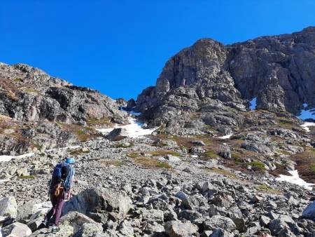 På vei opp til ruta Bagatelle (6) på Skurvefjell øst. Foto: Lisa Kvålshaugen Bjærum