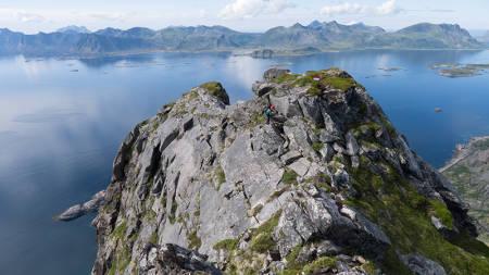 Å klatre opp Vestpillaren på Presten er en himmelsk opplevelse. Her har Roger Ebeltoft kommet til topps og klatrer langs toppeggen mot reture. Foto: Dag Hagen.