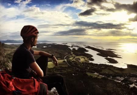 Idyll: Torje østtun nyter solnedgangen på toppen av Ravneggen. Foto. Anna E. Johnsen