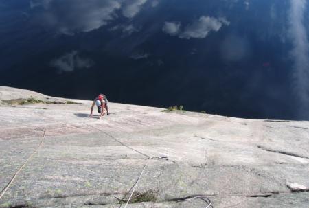 John Spooky Williams klatrer Sonneplatten. Foto: Joakim Olofsson