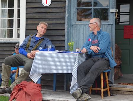 Samtaler i fjellet mellom Nils Faarlund og Stein P. Aasheim. Foto: Dag Hagen