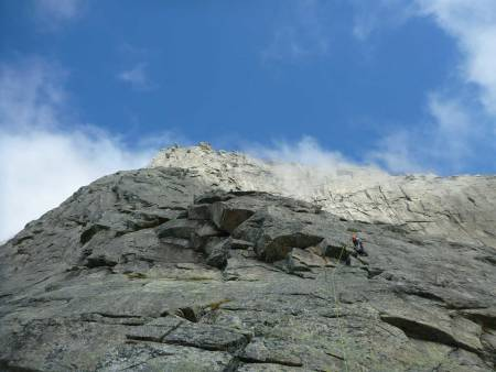 STETIND: Dag Hagen leder første taulengde på Sydpilaren, opp fra Kongelosjen. Foto: Elise Thoresen Sletten
