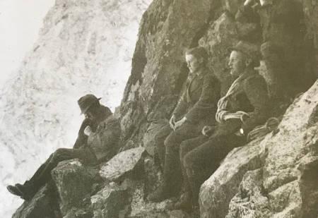 SJUK: I ferd med å bli temmelig prega av spanskesyken, sitter Alf Bryn sitter lengst ut mot stupet, sammen med Egill Rostrup nærmest kameraet med pipe, og Bryns hustru Sossen rett bortenfor ham. Foto: Reidar Birkeland