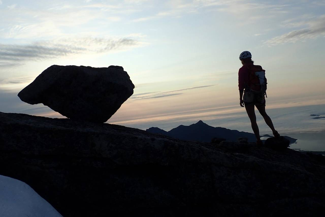 TOPPEN: Veronica Kolstrup puster ut etter å ha toppet ut på førstebestigningen av 'Den som gir seg er en dritt' (5tl. 6, A0). Foto: Eik Kolstrup