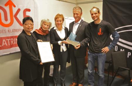 Fra venstre: Kit Fai Næss, Grethe Lund (mor til Anne Margrethe), Hedvig Lund (søster til Anne Margrethe), Leif Landsverk (juryleder) og Ole Karsten Birkeland president i NKF). Foto: Lars Ole Gudevang