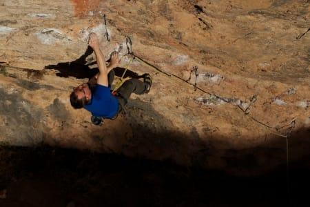 NESTEN PERSING: Roger Ebeltoft på sitt nydelige prisjekt Arquelogico (7c) i Cova Gran, Santa Linya. Foto: Henning Wang