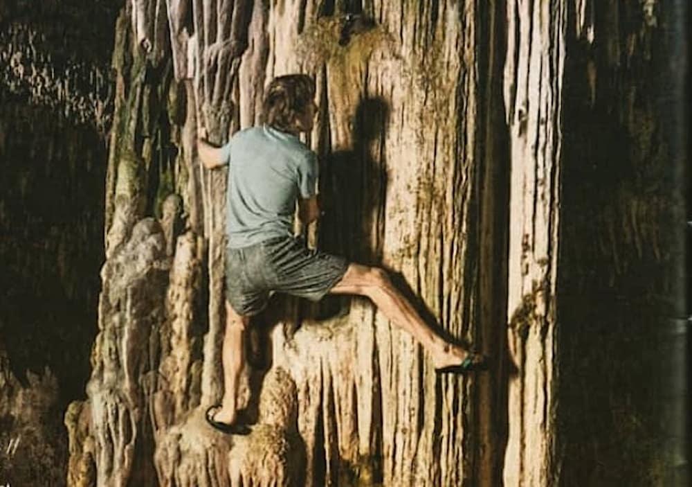 Chris Sharma poserer for klær i den siste katalogen til Prana. Det har provosert cavere, siden slik aktivitet kan skade dryppsteinen. Foto: Utsnitt fra katalogen.