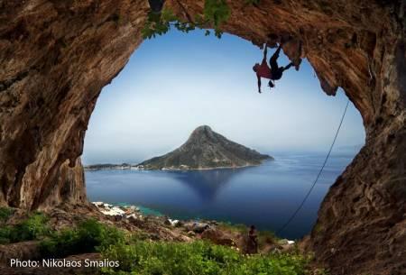 SETT DET FØR? Det er klipper i Thailand, en klatrer i silhuett i Grande Grotta på Kalymnos med Telendos i bakgrunnen («Blir aldri lei denne utsikten»), det er er #natur #klatring #utegym #naturelover #sunset, sier Tveter. Foto: Nikolaos Smalios