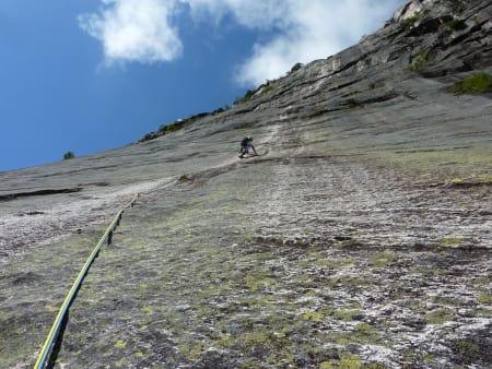 NATURLIG: Klatreforbundet har god fokus på klatring ute, og makter balansen mellom konkurransetankegang og den frie klatreånden. Rebolting av ruter på Andersnatten var planlagt, men ble utsatt grunnet klatremiljøets vaktbikjer. Her er redaktøren på led på Den hvite stripa (6+). Foto: Erik Neergaard