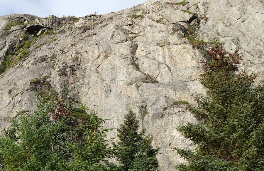 Ser du den? Opp den veggen går det en via ferrata. Klippen ligger ved Strøm gård på Flatanger. Foto: Dag Hagen