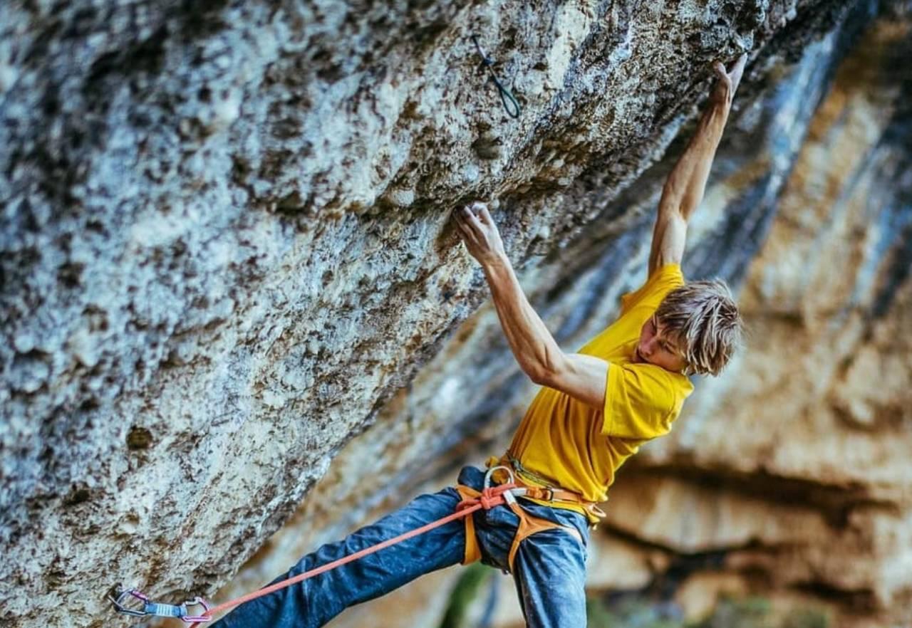 Alexander Megos er en av  verdens beste klatrere. Han tvinges dog til å være aktiv på sosiale medier, dvs få folk til å ta bilder av seg ofte nok til å holde trykket på Instagram og Facebook. Dette forventer jo hans sponsorer. Foto: @ken_etzel/Instagram