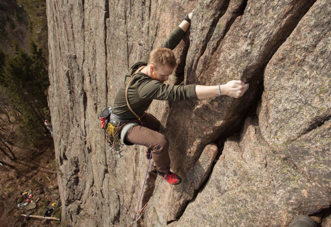 – Teksten er litt streng for alle de som er redd for å lede – meg inkludert. Enda strengere mot fjellklatrerne, for så vidt, skriver artikkelforfatteren til norsk-klatring.no. Her er han på led på naturlige sikringer. Foto: Simen Tystad Tunold