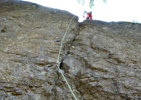 Bolting av riss: En helt naturlig linje – for late klatrere som ikke gidder å bruke naturlige sikringer. Foto: Dag Hagen