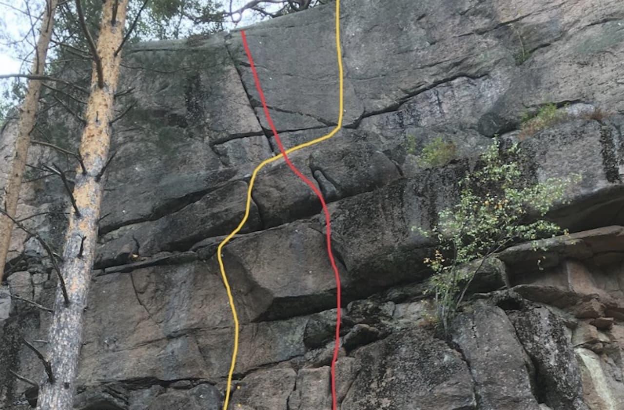 Toppen av de to rutene Trad velkommen (6+) og Klatreglede for alle (6) har fått hengere fjernet eller slått i stykker.