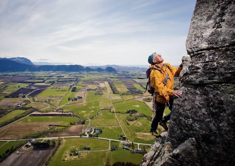 UTSIKT: Oskar Mork på klassikeren Jurtippen (5, 5 t.l), en tårnformasjon på framsida av Stemshesten i Fræna. Utsikt mot Hustad og Hustadvika. Foto: Terje Aamodt