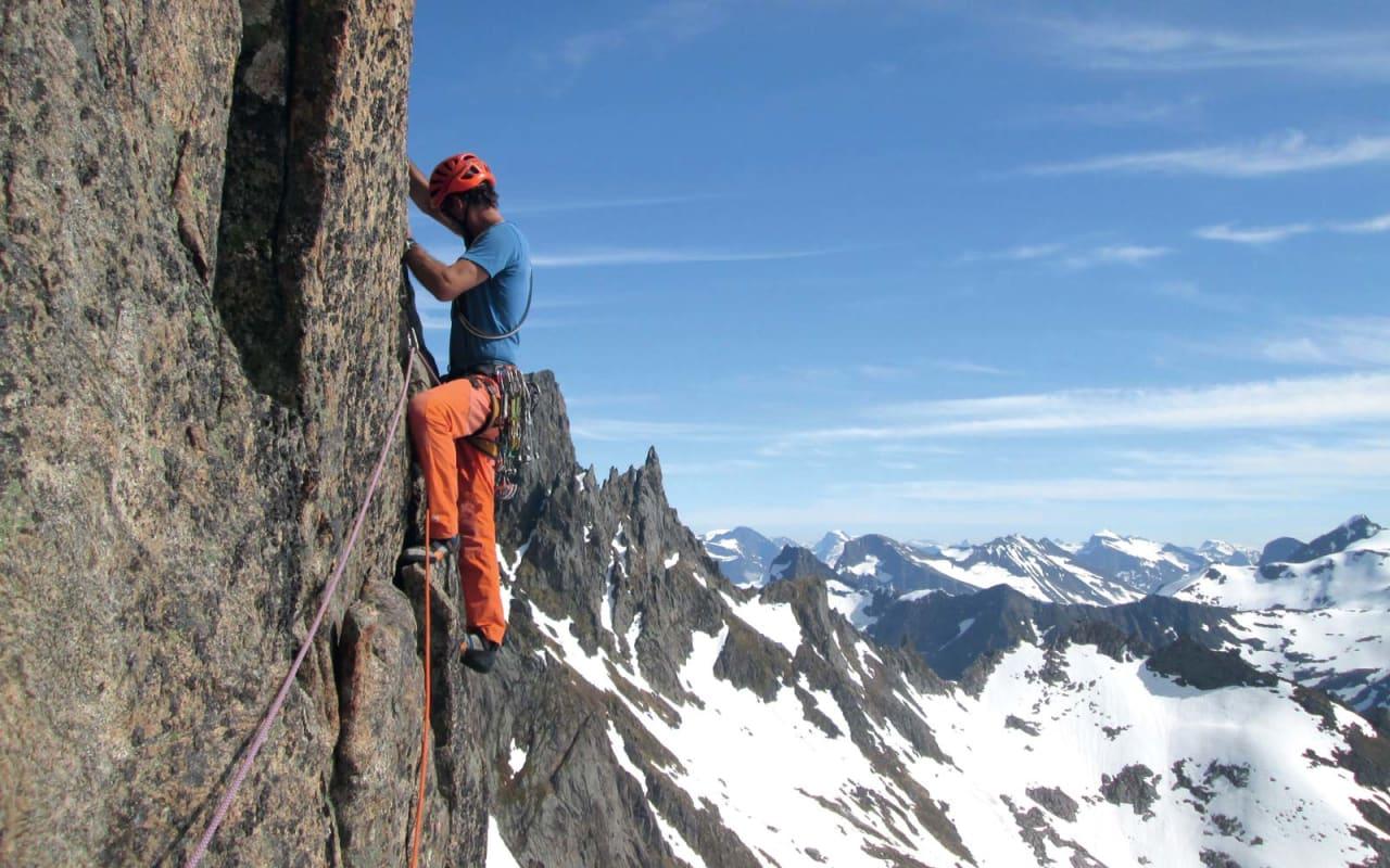 I fjellet: Stig J. Helset på tredjetaulengda av den nydelege Snickers (6, 5. t.l) i sørveggen av Jønshornet, Molladalen. Foto: Kjetil Solbakken