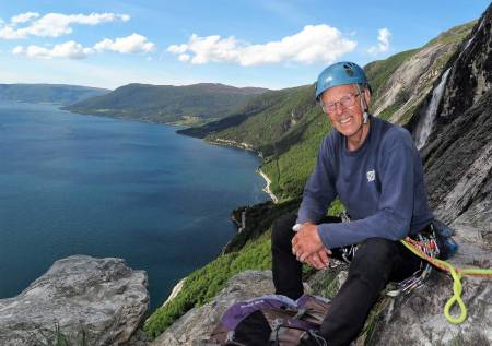 Eresfjord: Oskar på toppen av klatreruta «Giro d'Italia» i 2017. Foto: Iver Gjelstenli